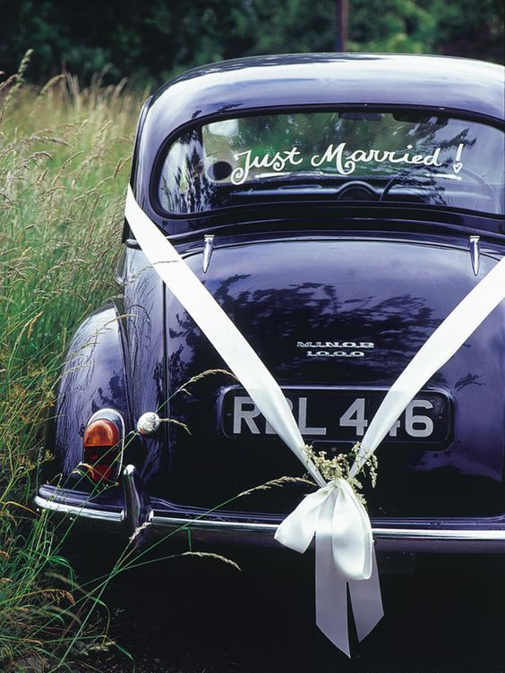 wedding car decoration with ribbons