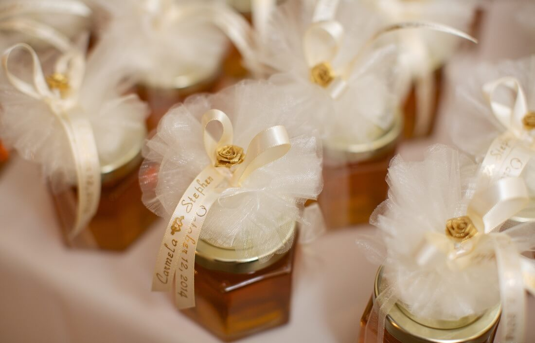 10 diy wedding favor ideas to surprise your guests shaadidukaan do not have to produce the honey yourself but you can bring it from the local market and bottling it bring tiny jars or bottles from the wedding gift solutioingenieria Image collections