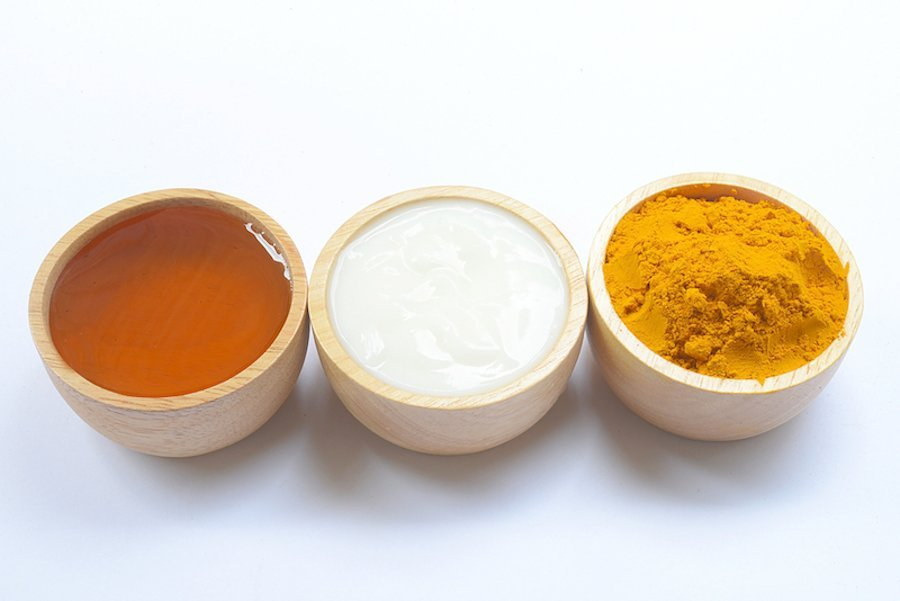 Cleaning facial pores with yogurt, honey, and turmeric