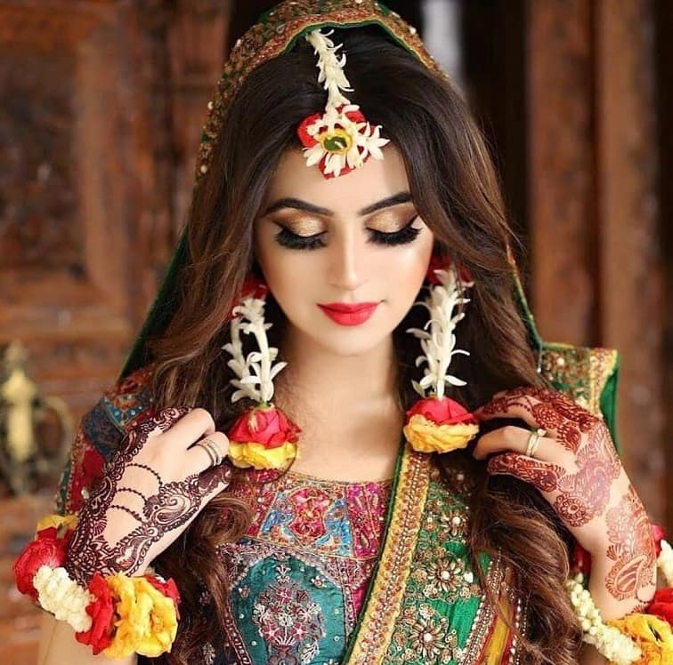 Top Beauty Makeup Tips For Brides And Models: Gajra Hairstyles For Your Wedding: What Is Your Favorite Élan?