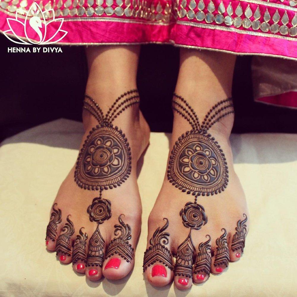 Minimal Dulhan Mehndi Design for Legs