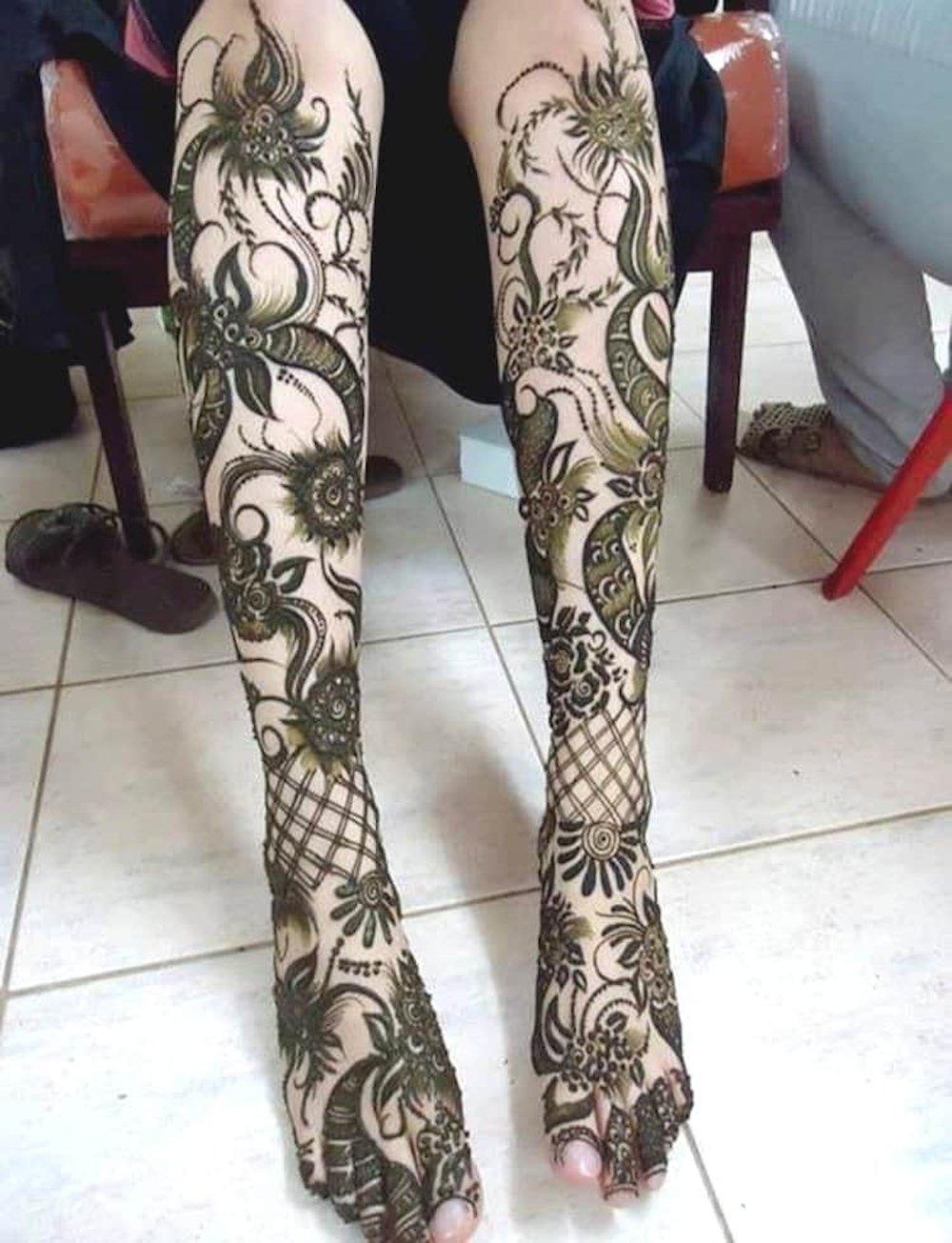 Stocking Style Dulhan Mehandi Design for Legs
