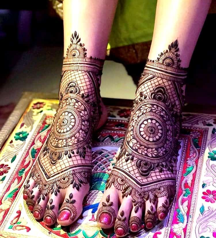 Jaali mehandi designs for legs