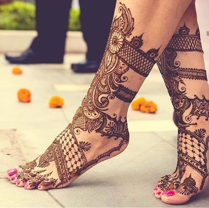 See this checkered mehndi design for brides.