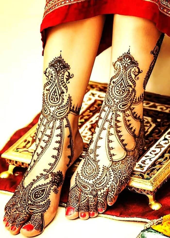 Check out the jewellery design mehndi tattoo for legs.