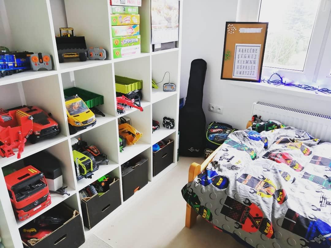 hiding groom's shoes inside kids room at wedding venue