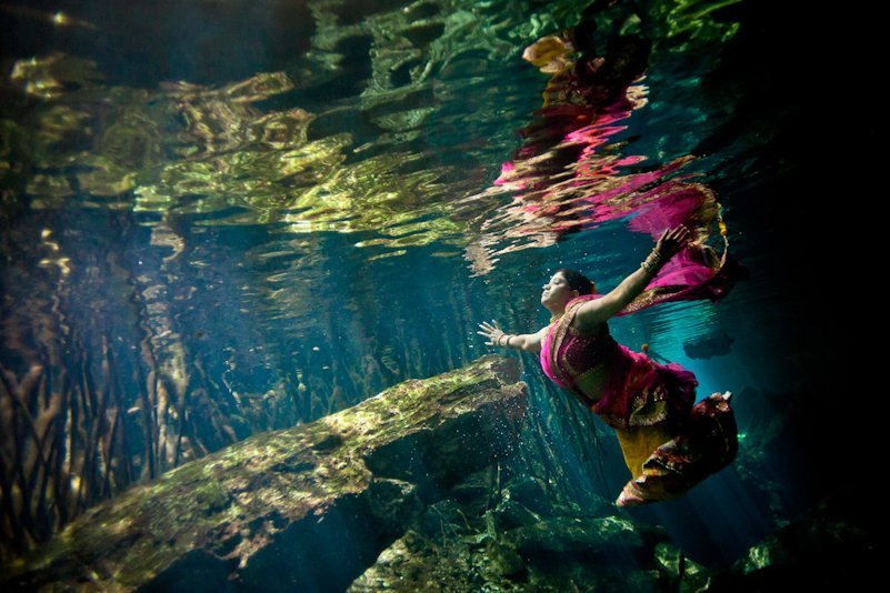 under water pre wedding photoshoot idea