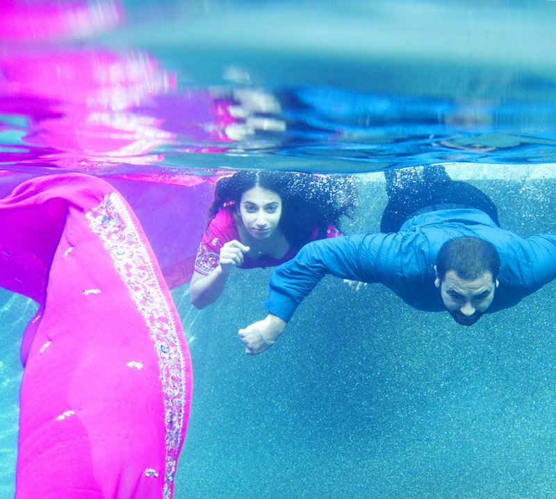under water pre wedding photo shoot