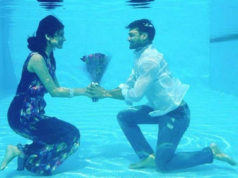 under water pre wedding photo shoot idea