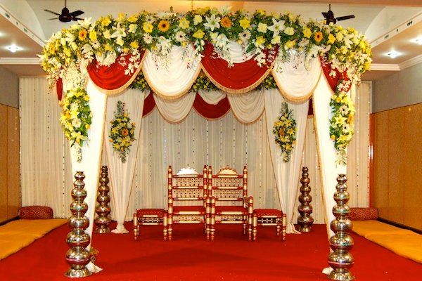 The best stage decoration ideas for 2018 wedding shaadidukaan small stage decoration junglespirit Images