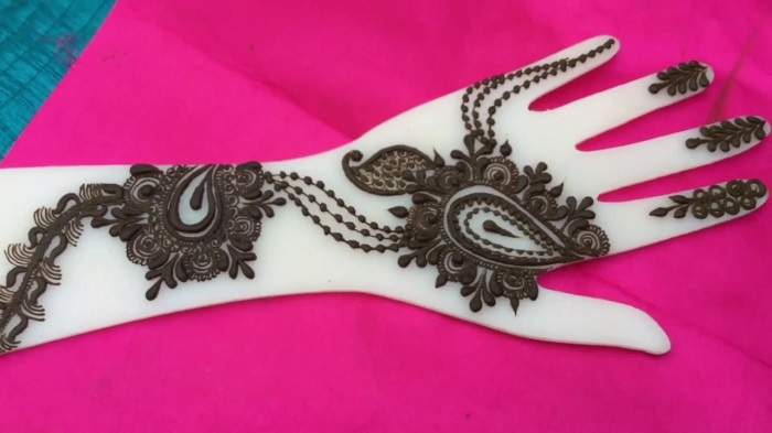 indo western mehndi dsigns for going to be bride
