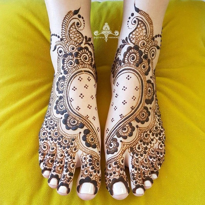 Pretty Heart Surrounded By Rose Designs For Feet