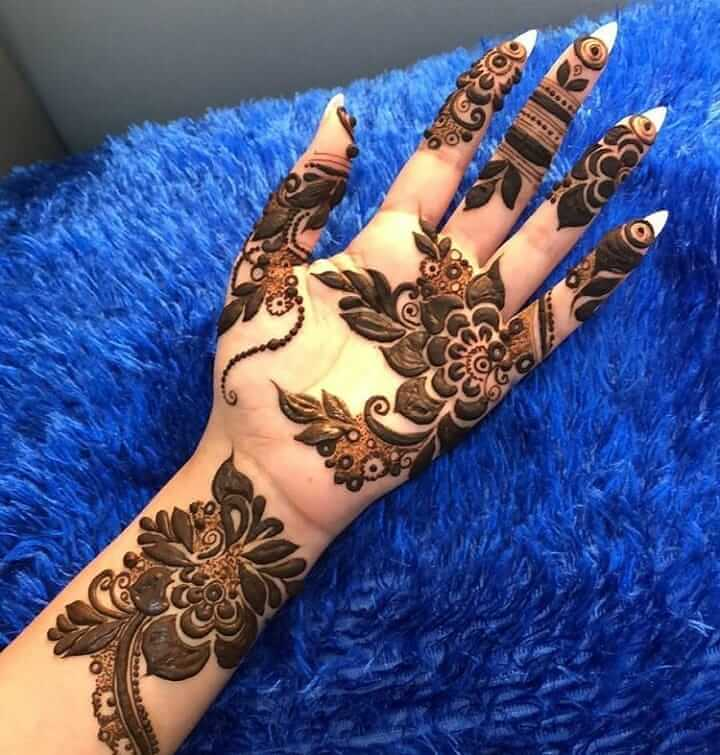 Bold Arabic Mehendi Design With Flowers And Leaves