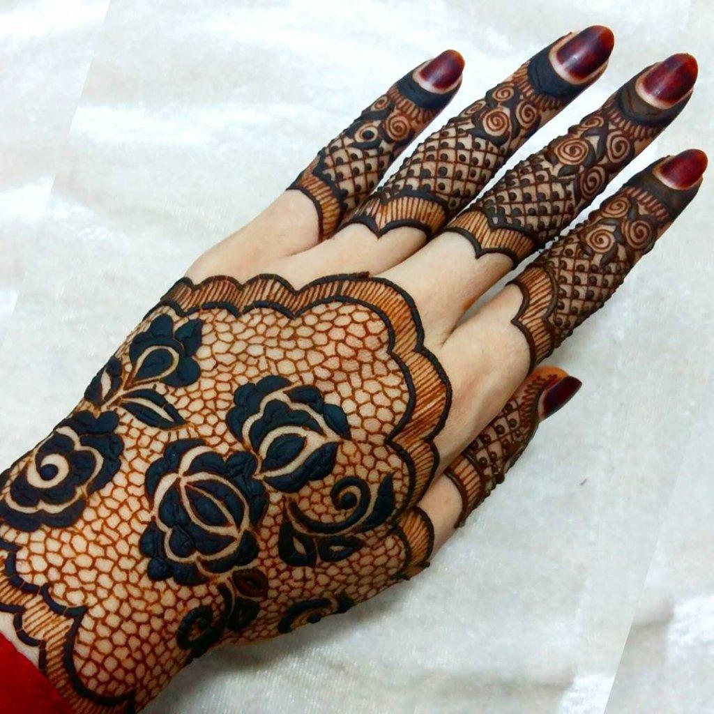 Dark And Bold Roses In Jaali Mehendi Design