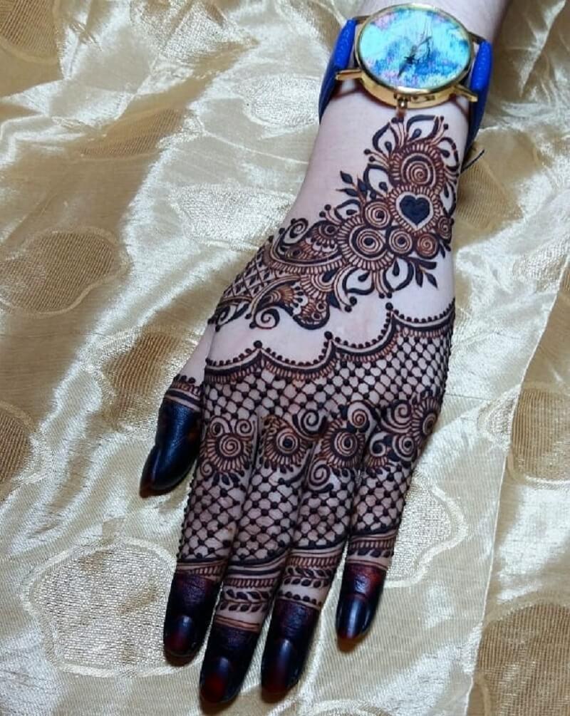 Jaali Mehendi Design On The Fingers