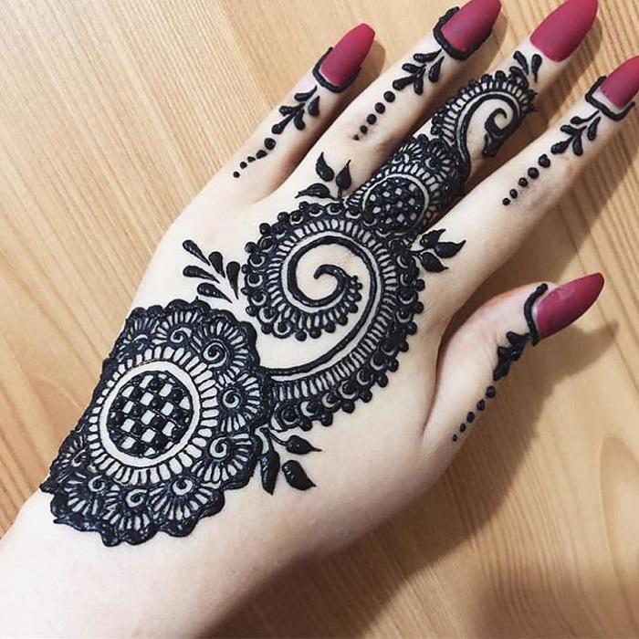 Bold arabic Mehendi Design