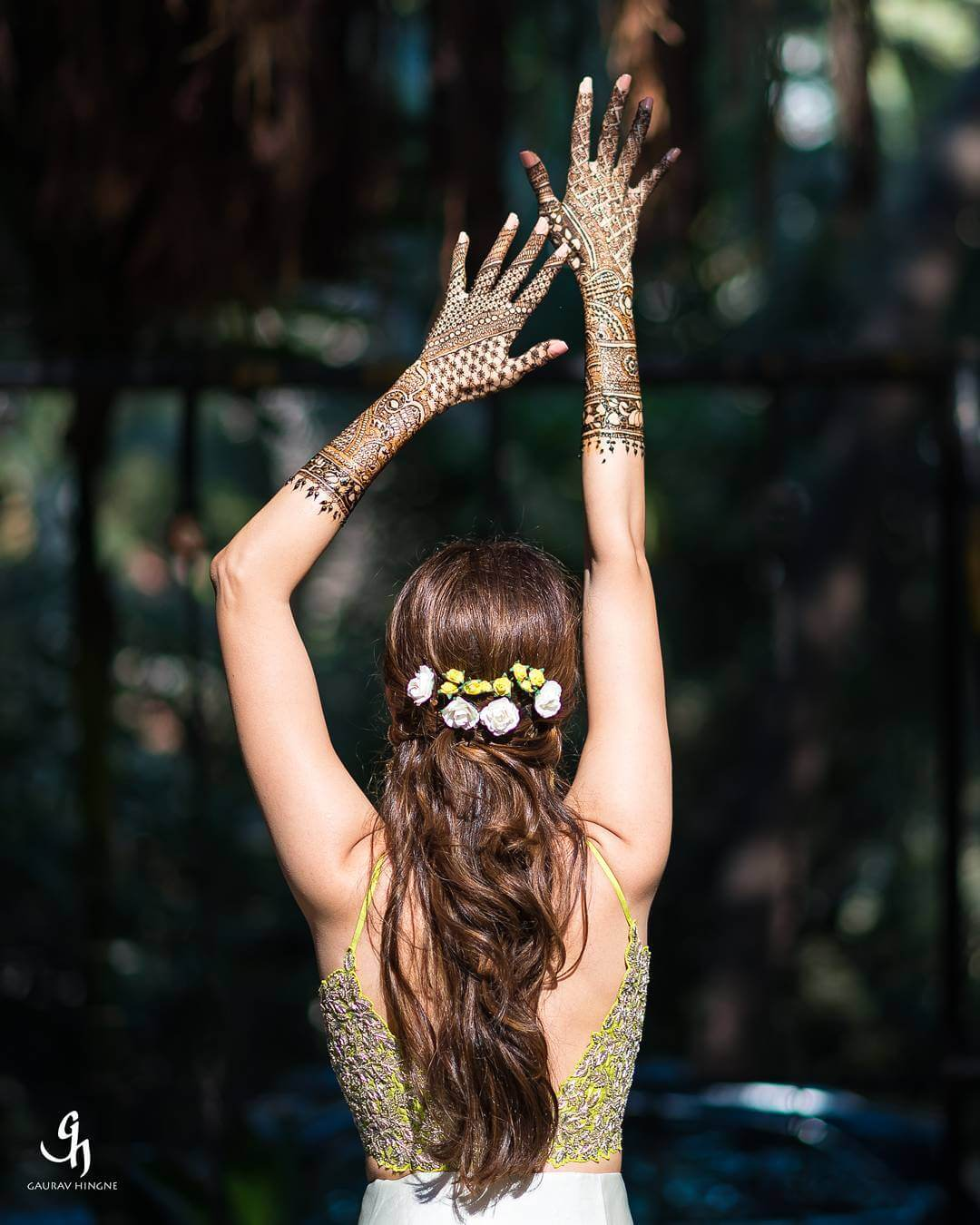 20+ Fun Bridal Mehndi Poses You Wouldn't Want to Miss!