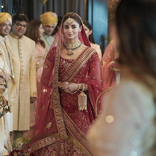 Experience The #DulhanWaliFeeling Like Alia Bhatt With Manyavar Mohey Wedding Collection!