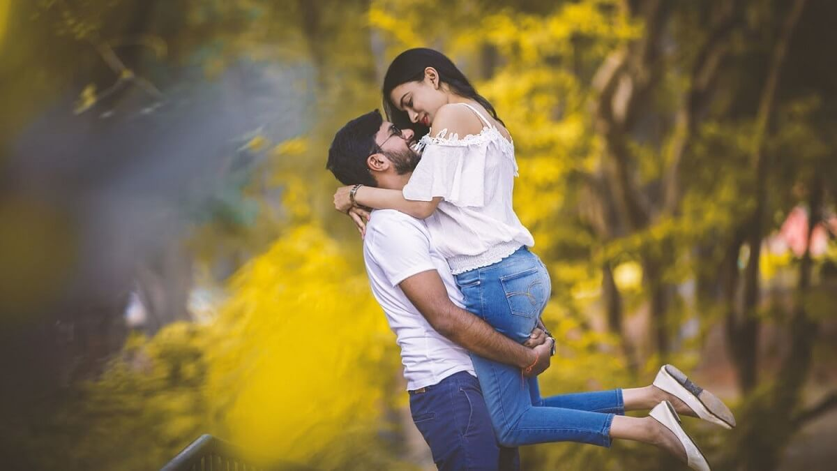#31 Awe-Inspiring Couple Poses For Pre Wedding Photography!
