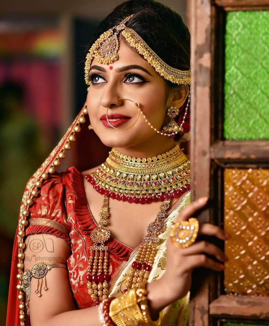 #7 Swoon-Worthy Bridal Poses For Millennial Brides Of 2020